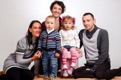 οικογένεια ευτυχής Γυναίκες μητέρων και μικρών κοριτσιών και αγοριών παιδιών sittin Στοκ Φωτογραφία