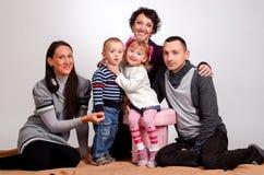 οικογένεια ευτυχής Γυναίκες μητέρων και μικρών κοριτσιών και αγοριών παιδιών sittin Στοκ φωτογραφία με δικαίωμα ελεύθερης χρήσης