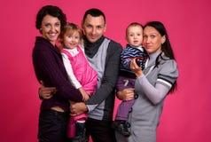 οικογένεια ευτυχής Γυναίκες μητέρων και μικρών κοριτσιών και αγοριών παιδιών sittin Στοκ εικόνες με δικαίωμα ελεύθερης χρήσης