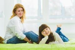 οικογένεια ευτυχής η χαρούμενη και ονειρεμένος κόρη βρίσκεται εκτός από το mom Στοκ Εικόνες