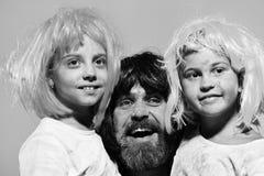 οικογένεια ευτυχής Κορίτσια και τύπος με το αγκάλιασμα προσώπων χαμόγελου στο ρόδινο υπόβαθρο Στοκ εικόνα με δικαίωμα ελεύθερης χρήσης