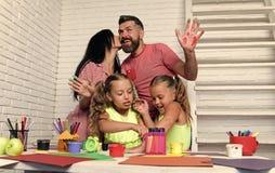 οικογένεια ευτυχής Κορίτσια που σύρουν με τα ζωηρόχρωμα χρώματα στοκ εικόνα