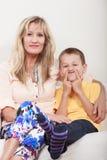 οικογένεια ευτυχής Μητέρα και παιδί στον καναπέ στο σπίτι Στοκ Εικόνα