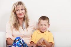 οικογένεια ευτυχής Μητέρα και παιδί στον καναπέ στο σπίτι Στοκ Φωτογραφία