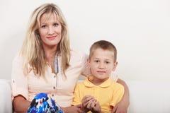 οικογένεια ευτυχής Μητέρα και παιδί στον καναπέ στο σπίτι Στοκ εικόνα με δικαίωμα ελεύθερης χρήσης