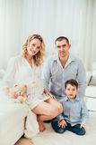 οικογένεια ευτυχής Μια έγκυος γυναίκα Ζεύγος Στοκ Φωτογραφίες