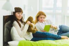οικογένεια ευτυχής το κράτημα χαρούμενων και να ονειρευτεί κορών teddy αντέχει τα ψέματα εκτός από το mom Στοκ Φωτογραφίες