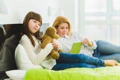οικογένεια ευτυχής το κράτημα χαρούμενων και να ονειρευτεί κορών teddy αντέχει τα ψέματα εκτός από το mom Στοκ εικόνες με δικαίωμα ελεύθερης χρήσης