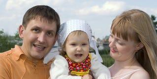 οικογένεια ευτυχής υπαίθρια Στοκ Εικόνες