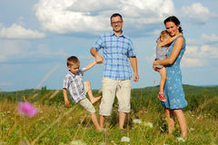 οικογένεια ευτυχής υπ&alp στοκ φωτογραφία