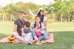 Οικογένεια εφήβων πορτρέτου οικογενειακού χρόνου στο πάρκο στοκ φωτογραφία