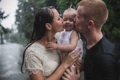 Οικογένεια κάτω από τη βροχή Στοκ Εικόνα