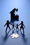 Οικογένεια και σπίτι με το ελλείπον τορνευτικό πριόνι Στοκ φωτογραφία με δικαίωμα ελεύθερης χρήσης