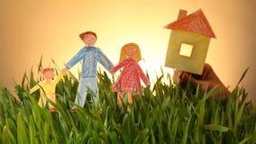 Οικογένεια και συρμένο σπίτι εικονίδιο στο πράσινο θερινό υπόβαθρο χλόης απόθεμα βίντεο