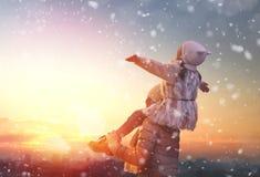 Οικογένεια και χειμερινή εποχή Στοκ εικόνα με δικαίωμα ελεύθερης χρήσης