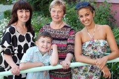 Οικογένεια κοντά στο εξοχικό σπίτι Στοκ εικόνες με δικαίωμα ελεύθερης χρήσης