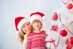 Οικογένεια κοντά στο χριστουγεννιάτικο δέντρο στοκ εικόνες