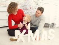 Οικογένεια μαζί στα Χριστούγεννα εσωτερικά Στοκ Εικόνες