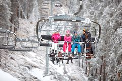 Οικογένεια μαζί στην καρέκλα σκι που πηγαίνει να κάνει σκι έκταση Στοκ Εικόνες