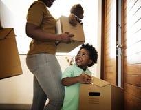Οικογένεια μαύρων που κινείται μέσα προς το καινούργιο σπίτι στοκ φωτογραφίες