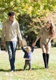 Οικογένεια με ένα μωρό στο πάρκο φθινοπώρου στοκ εικόνες