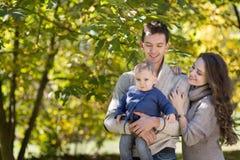 Οικογένεια με ένα μωρό στο πάρκο φθινοπώρου στοκ φωτογραφία με δικαίωμα ελεύθερης χρήσης