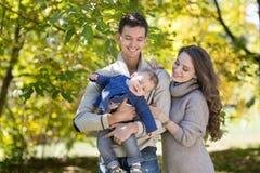 Οικογένεια με ένα μωρό στο πάρκο φθινοπώρου στοκ φωτογραφίες