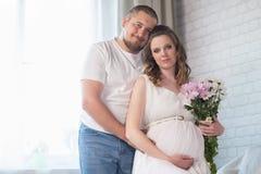 Οικογένεια με ένα παιδί και μια έγκυο μητέρα στοκ εικόνα
