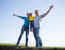 Οικογένεια με ένα παιδί τριών ετών στοκ φωτογραφία με δικαίωμα ελεύθερης χρήσης