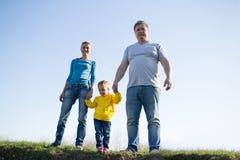 Οικογένεια με ένα παιδί τριών ετών στοκ φωτογραφίες
