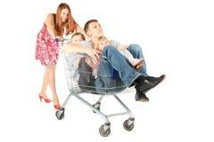 Οικογένεια με δύο παιδιά με το καλάθι αγορών Στοκ εικόνες με δικαίωμα ελεύθερης χρήσης