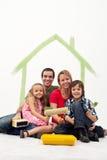 Οικογένεια με δύο παιδιά που ξαναβάφουν το σπίτι τους Στοκ Εικόνες