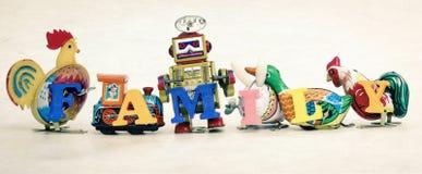 Οικογένεια με τα αναδρομικά παιχνίδια κασσίτερου Στοκ εικόνα με δικαίωμα ελεύθερης χρήσης