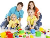 Οικογένεια με τα ευτυχή παιδιά που παίζουν τις δομικές μονάδες, παιδιά γονέων στοκ φωτογραφία με δικαίωμα ελεύθερης χρήσης