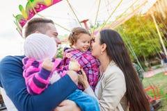 Οικογένεια με τα μικρά κορίτσια που απολαμβάνουν το χρόνο στην έκθεση διασκέδασης Στοκ εικόνα με δικαίωμα ελεύθερης χρήσης