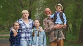 Οικογένεια με τα παιδιά που περπατούν στο πάρκο απόθεμα βίντεο