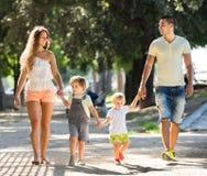 Οικογένεια με τα παιδιά στο πάρκο Στοκ Εικόνες