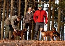 Οικογένεια με τα σκυλιά που προετοιμάζονται υπαίθρια για τη φωτογράφιση Στοκ φωτογραφίες με δικαίωμα ελεύθερης χρήσης