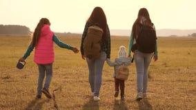 Οικογένεια με τα ταξίδια σακιδίων πλάτης με ένα σκυλί ομαδική εργασία μιας στενής οικογένειας τουρίστες μητέρων, κορών και εγχώρι φιλμ μικρού μήκους