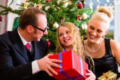 Οικογένεια με τα δώρα Χριστουγέννων στη επόμενη μέρα των Χριστουγέννων Στοκ Εικόνες