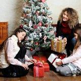 Οικογένεια με τα δώρα Χριστουγέννων Στοκ Εικόνα