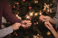 Οικογένεια με τα sparklers Στοκ εικόνα με δικαίωμα ελεύθερης χρήσης