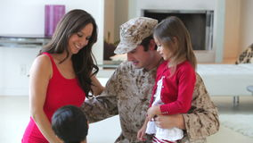 Οικογένεια με την έγκυο μητέρα και το στρατιωτικό πατέρα απόθεμα βίντεο