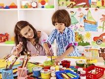 Οικογένεια με τη ζωγραφική παιδιών Στοκ Φωτογραφία