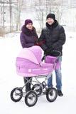 Οικογένεια με τη μεταφορά μωρών Στοκ εικόνες με δικαίωμα ελεύθερης χρήσης