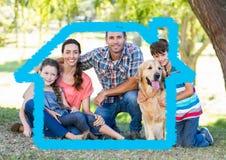 Οικογένεια με τη συνεδρίαση σκυλιών στο πάρκο με την εγχώρια περίληψη Στοκ Φωτογραφία
