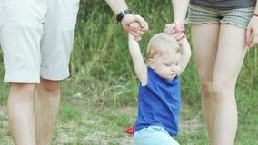 Οικογένεια με το γιο στη φύση απόθεμα βίντεο
