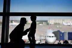 Οικογένεια με το μικρό παιδί στο διεθνή αερολιμένα Στοκ Φωτογραφία