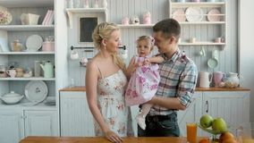 Οικογένεια με το μωρό που έχει το πρόγευμα στην κουζίνα μαζί, ευτυχείς αμερικανικοί άνθρωποι απόθεμα βίντεο