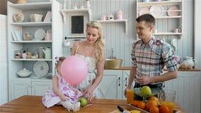 Οικογένεια με το μωρό που έχει το πρόγευμα στην κουζίνα μαζί, ευτυχείς αμερικανικοί άνθρωποι φιλμ μικρού μήκους